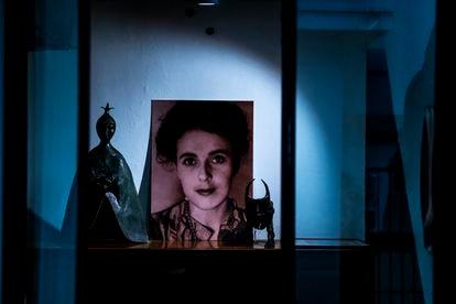 Retrato de Leonora Carrington en la sala principal de la casa.