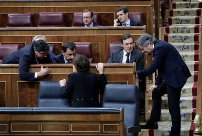 Soraya Sáenz de Santamaría conversa con varios diputados del PP en el Congreso.