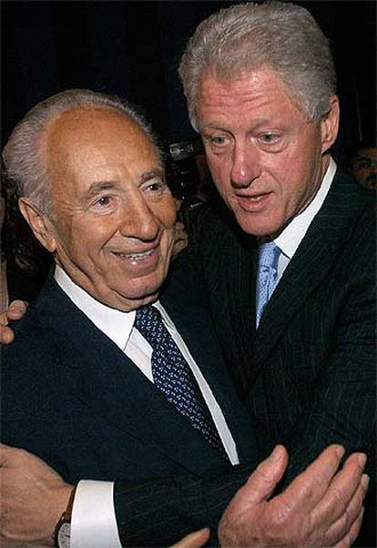 Bill Clinton saluda al viceprimer ministro de Israel, Simon Peres.