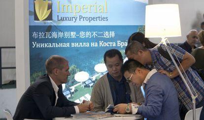 Un grupo de clientes chinos en el Salón de la Vivienda Barcelona el pasado octubre.