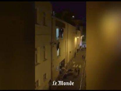 Un periodista de 'Le Monde' que vive detrás de la sala grabó al público escapando por una salida de emergencia. Dos personas se descuelgan por la ventana. En el suelo yacen varias víctimas.