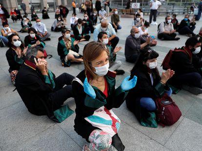 Letrados turcos protestan el pasado 22 de junio frente al Palacio de Justicia de Çaglayan (Estambul) contra la ley de reforma de los colegios de abogados y contra la represión a la protesta de sus compañeros en Ankara.