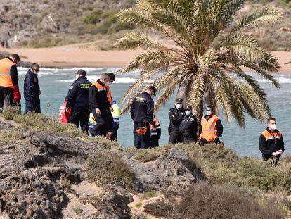 Varios trabajadores de Protección Civil durante las labores de búsqueda para localizar a los nueve inmigrantes desaparecidos el pasado sábado al naufragar una patera frente a la playa de Percheles, en Mazarrón, Murcia.
