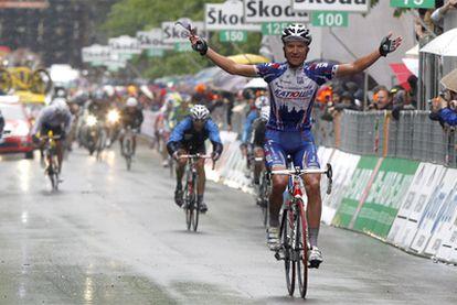 Evgeni Petrov (Kathusa) celebra su llegada a la meta en la undécima etapa.