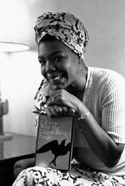 Maya Angelou posa con su obra