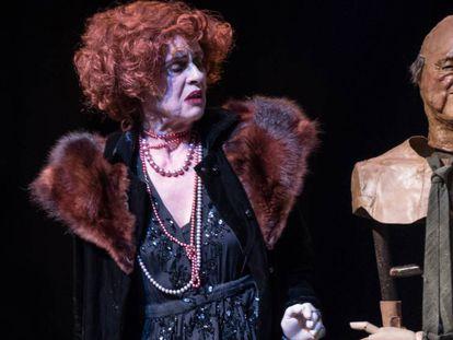 Vicky Peña con una de las marionetas en 'La visita de la vella dama'