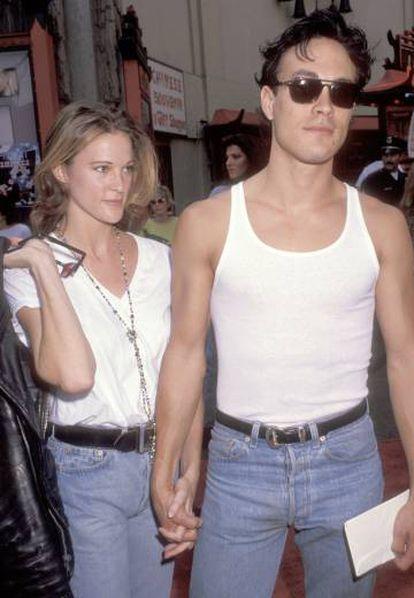Brandon Lee con su novia Eliza Hutton en Los Ángeles durante el estreno de la película 'El pequeño Tate' en 1991.