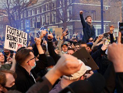 Aficionados del Chelsea, protestando fuera de Stamford Bridge la noche en la que la Superliga se cayó.