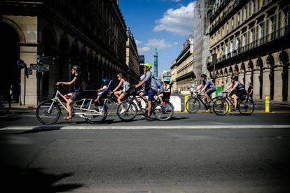 Ciclistas en la Rue de Rivoli de París cortada al tráfico, el pasado mes de mayo.