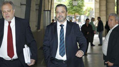 El exdirector de Mercasevilla Fernando Mellet (centro), en los juzgados sevillanos en una imagen de archivo.