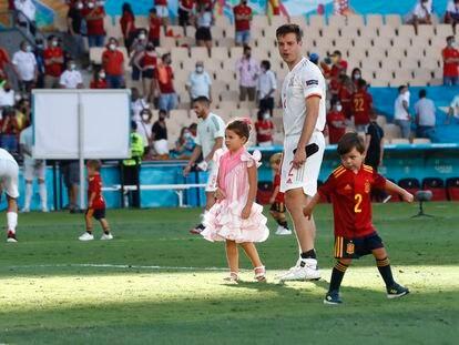 Azpilicueta, con sus hijos a la finalización del partido ante Eslovaquia.