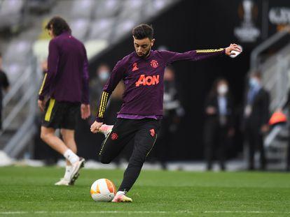 Bruno Fernandes golpea el balón durante el entrenamiento del United en Gdansk, este martes.