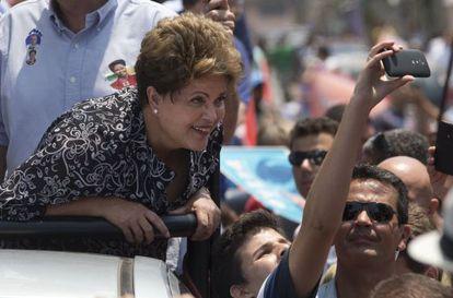 Dilma Rousseff se toma una foto con un elector.