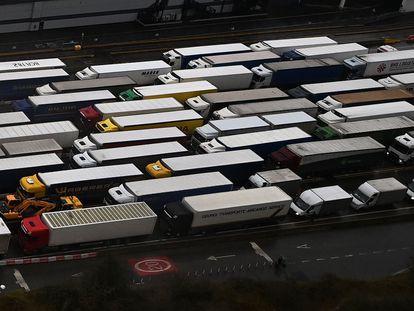 Decenas de camiones hacen cola en el puerto de Dover, el pasado diciembre.