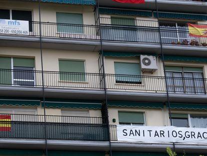 Balcones en una calle de Sevilla, este jueves.