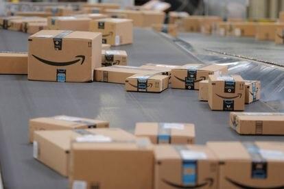 Varios paquetes de Amazon, a la espera de ser distribuidos, en Robbinsville (Nueva Jersey, EE UU).