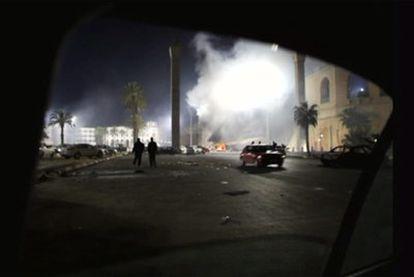 Un incendio en una de las calles de Trípoli, a primera hora de este martes