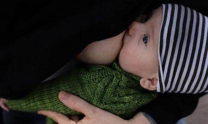 Una madre da el pecho a su bebé.