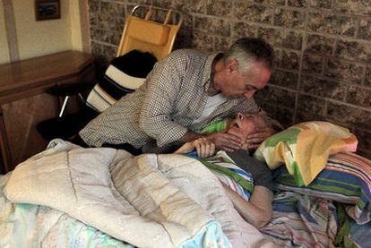 José Luis Medina atiende en su casa de La Elipa a su madre, que no recibe ninguna ayuda.