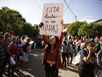 Una mujer celebra la absolución de la salvadoreña Imelda Cortez, acusada de intento de homicidio por supuestamente tratar de abortar un feto producto del abuso sexual de su padrastro.