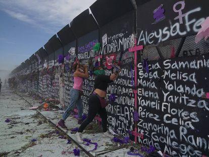 Dos mujeres protestan frente a las vallas colocadas por el Gobierno en el Zócalo de la Ciudad de México.