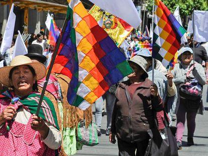 Manifestación en defensa a Evo Morales en La Paz. este lunes. En vídeo, una mesa de diálogo impulsada por la ONU, la Unión Europea y la Iglesia tratará de pacificar el país.