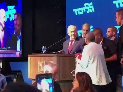 Netanyahu es evacuado durante un mitin en Ashdod, Israel.