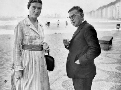 Simone de Beauvoir y Jean-Paul Sartre, en la playa de Copacabana en septiembre de 1960.