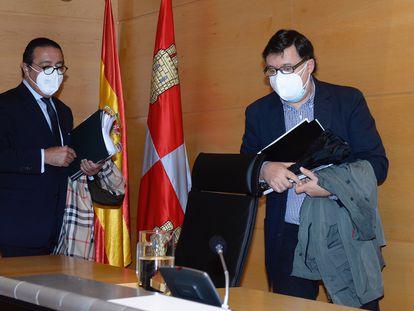 El exviceconsejero de Economía de la Junta de Castilla y León Rafael Delgado (derecha), en octubre de 2020 en la comisión de investigación sobre parques eólicos de las Cortes de Castilla y León, en 2020 en Valladolid.