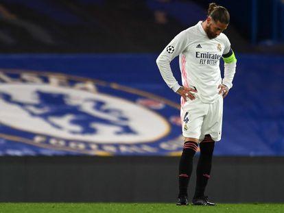 Sergio Ramos se lamenta sobre el césped de Stamford Bridge.
