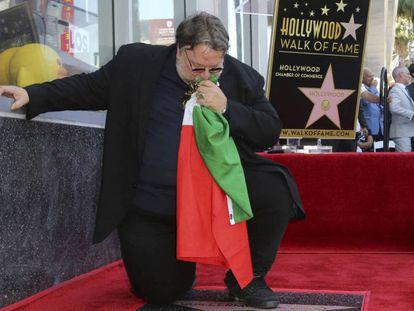 """Guillermo del Toro besa la bandera de México el martes durante la inauguración de su estrella en el Paseo de la Fama de Hollywood. En vídeo, el trailer de su última película """"Historias de miedo para contar en la oscuridad""""."""