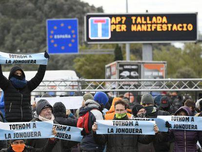 Un grupo de manifestantes convocados por Tsunami Democràtic cortan en noviembre la AP-7 en La Jonquera.