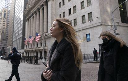 Transeúntes caminan ante la Bolsa de Nueva York, el 13 de enero.