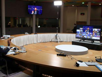 El presidente del Consejo Europeo, Charles Michel, se dirige a los gobernantes de los países de la UE al inicio de la cumbre telemática, este jueves en Bruselas.