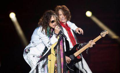 El cantante Steven Tyler, a la izquierda, y el guitarrista Joe Perry de Aerosmith, en California.