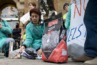 Manifestantes esparcen carbón a las puertas del Departamento de Salud