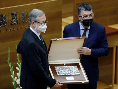 El presidente de las Cortes Valencianas, Enric Morera, entrega el premio de la Alta Distinción Frances de Vinatea al director gerente de Fisabio, Jose Antonio Manrique Martorell (i) en el acto Institucional, hoy 25 de Abril.