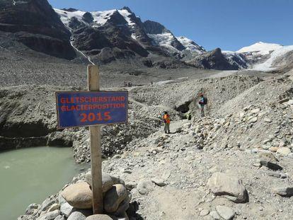 Un cartel en agosto de 2016 sitúa el punto hasta el que llegaba el glaciar Pasterze, en los Alpes austriacos en 2015.