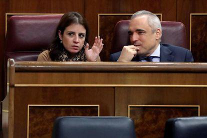 La portavoz del PSOE en el Congreso, Adriana Lastra, conversa con el diputado, Rafael Simancas.