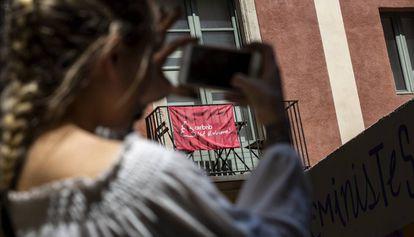 Pancarta contra la plataforma Airbnb en una calle de Ciutat Vella.