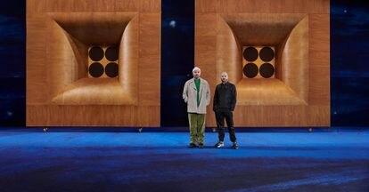 Kim Jones (derecha) y Peter Doig, en la escenografía diseñada por Doig para el desfile del pasado junio, el primero presencial de Dior Men tras la pandemia.