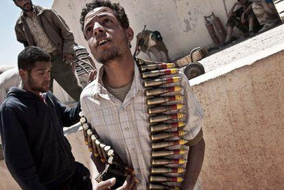 Un rebelde libio con munición procedente de un arsenal de fuerzas de Gadafi, cerca de Zintan.