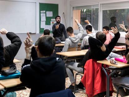 Un profesor debate sobre el veto parental con los alumnos en una clase de 4º de la ESO.