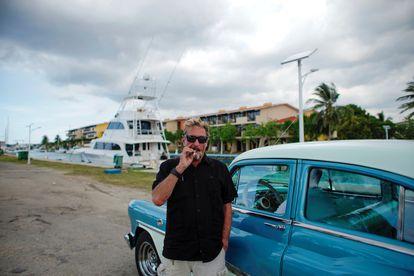 John McAfee apura un cigarrillo antes de tomar un taxi hacia Marina Hemingway, en La Habana, Cuba, en julio de 2019.