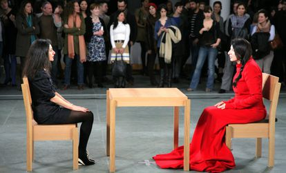 Marina Abramovic, right, in a famous performance of the exhibition dedicated to her by MoMA and in which the artist sat motionless before the museum's visitors, who took turns holding her gaze.  He did it for three months and the images went around the world.
