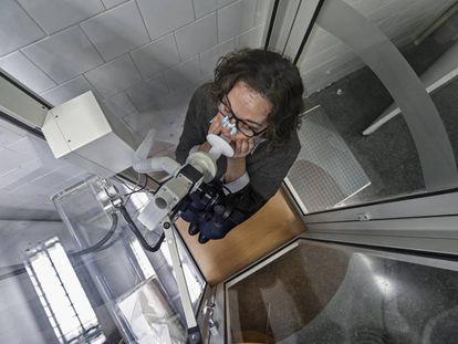 Una mujer se somete a una prueba pulmonar en el Hospital del Mar.