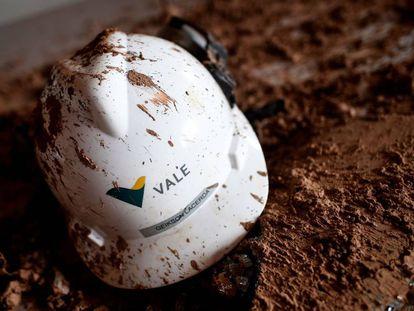 Un casco de la empresa Vale recuperado 20 días después del siniestro en la mina.