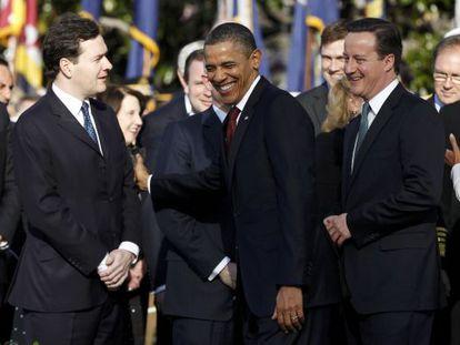 Barack Obama bromea con George Osborne, ante la mirada de David Cameron, en una reunión el año pasado.