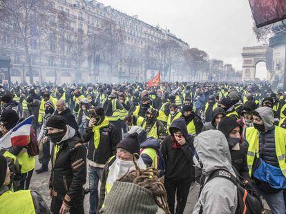 Fotografía de archivo de 2018 de una movilización de los 'chalecos amarrillos' en París.
