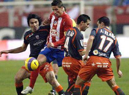 Fernando Torres lucha por el balón